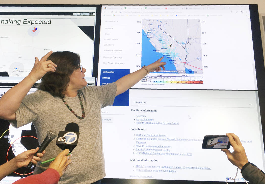La sismóloga Lucy Jones habla durante una conferencia de prensa en el Laboratorio Sismológico ...