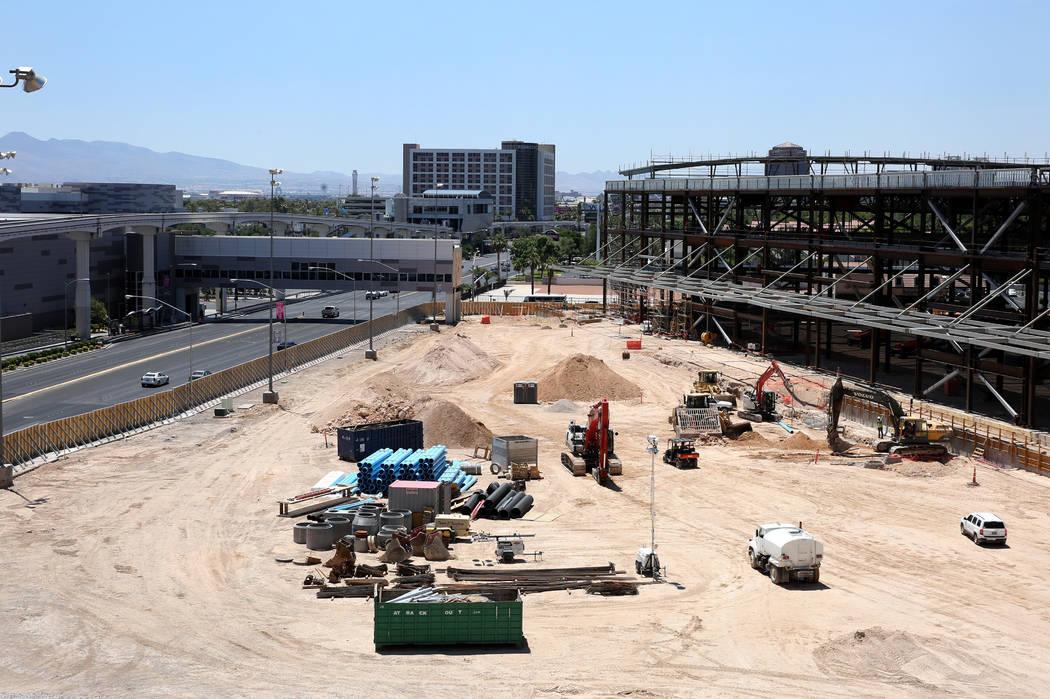 La ampliación del Las Vegas Convention Center, derecha, fotografiada el martes 9 de julio de 2 ...