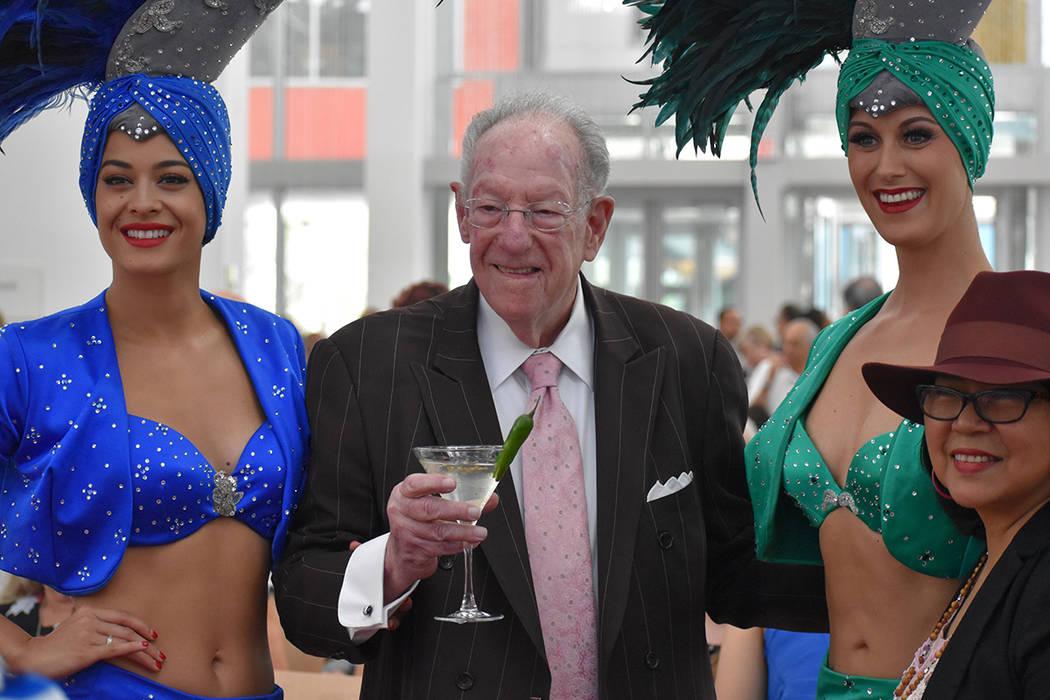 """Óscar Goodman, acompañado de un par de """"showgirls"""" y su sexto Martini del día (con un ch ..."""