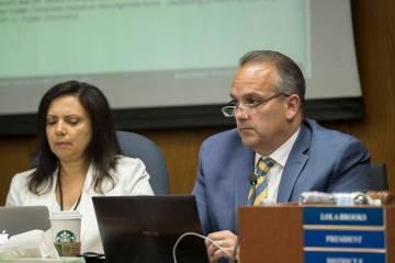 El superintendente escolar del Condado de Clark, doctor Jesús Jara, a la derecha, escucha los ...