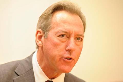 Larry Burns, candidato a Alguacil del Condado de Clark, habla ante el consejo editorial de Las ...
