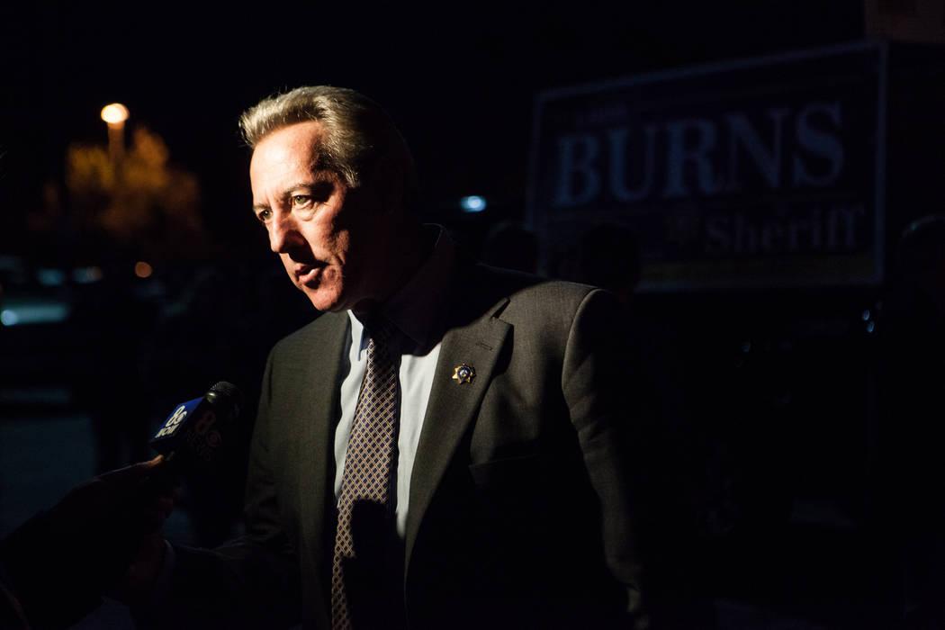 El capitán de la policía de Las Vegas, Larry Burns, habla con los medios de comunicación sob ...
