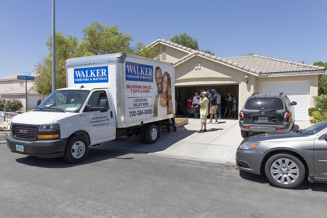 Walker Furniture entregó al veterano de la Fuerza Aérea, Cleveland Lee Johnson, muebles espec ...