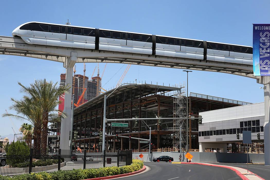 El monorriel de Las Vegas pasa por la expansión del Centro de convenciones de Las Vegas el mar ...