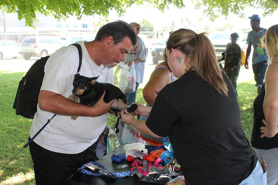 La organización Street Dogz ayuda a las mascotas de los desamparados que les acompañan. Sába ...