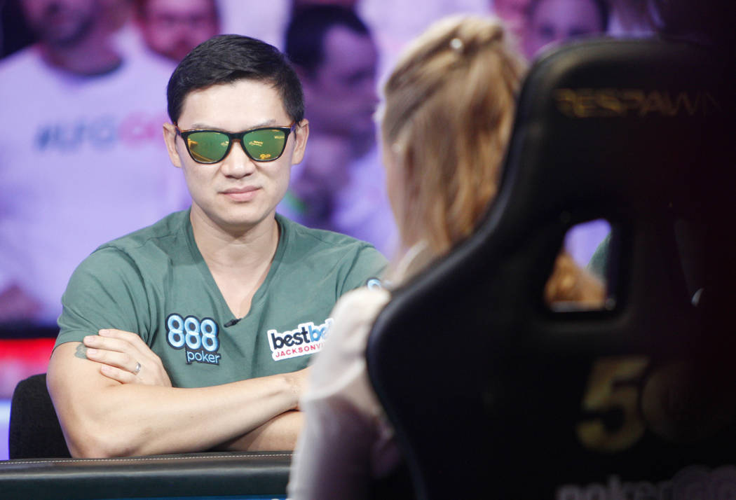 Zhen Cai en la mesa final del evento principal durante la World Series of Poker en el hotel-cas ...