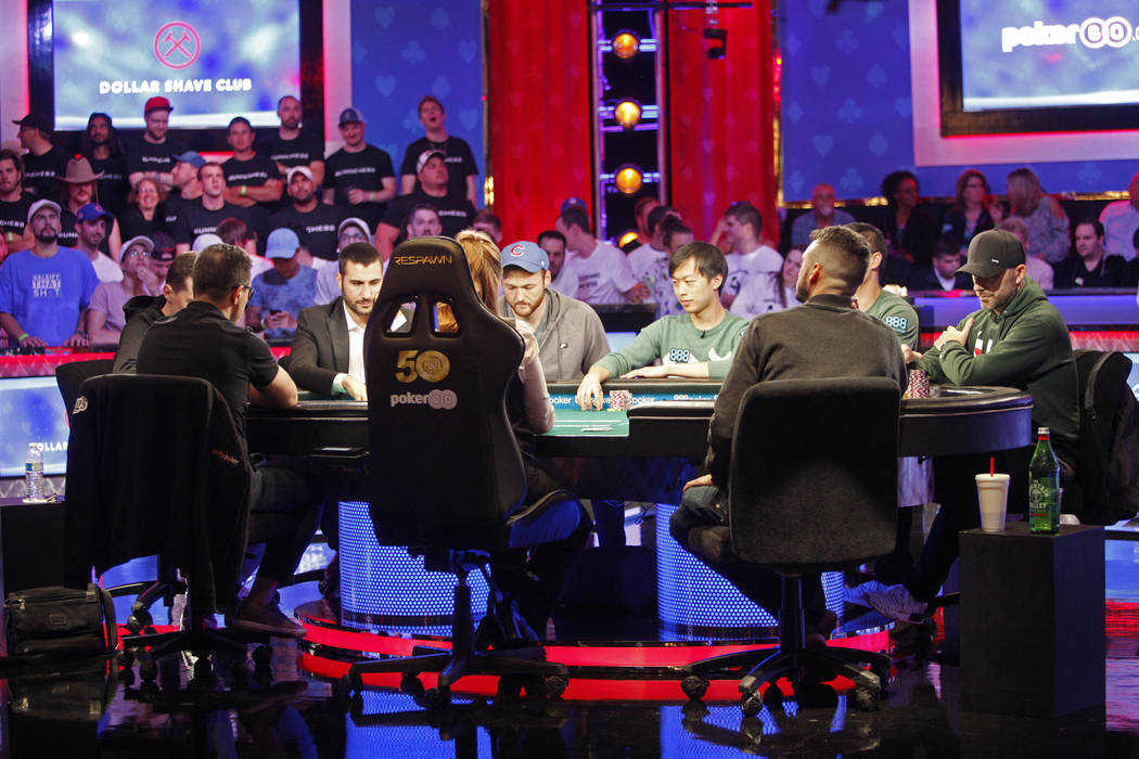 La mesa final del evento principal de nueve jugadores durante la World Series of Poker en el ho ...