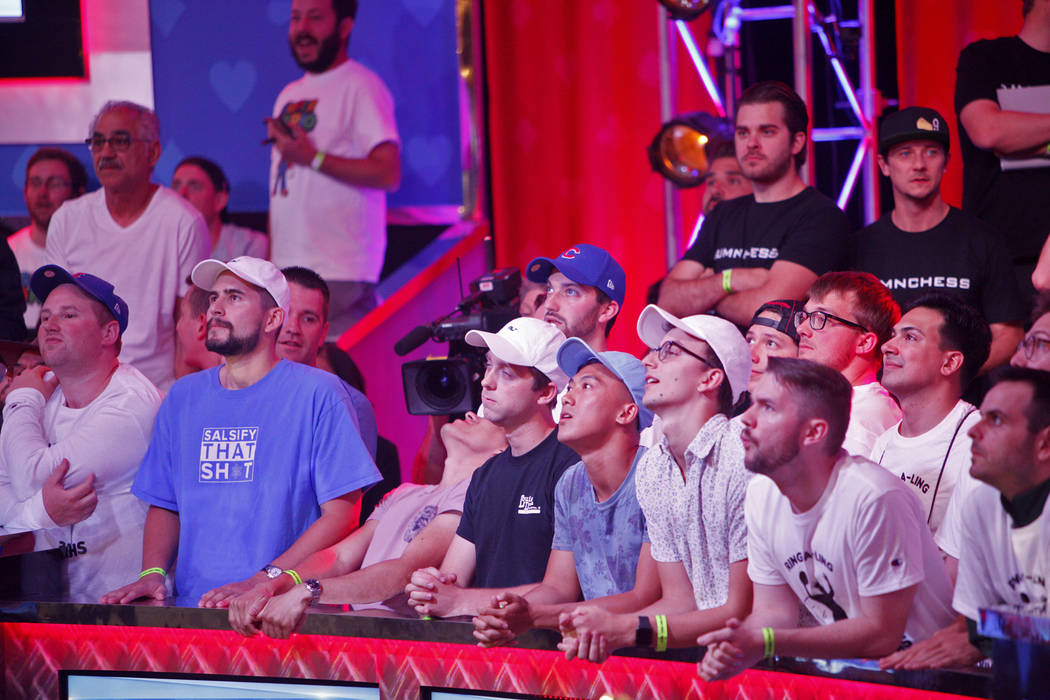 Los fans ven la mesa final del evento principal durante la World Series of Poker en el hotel-ca ...