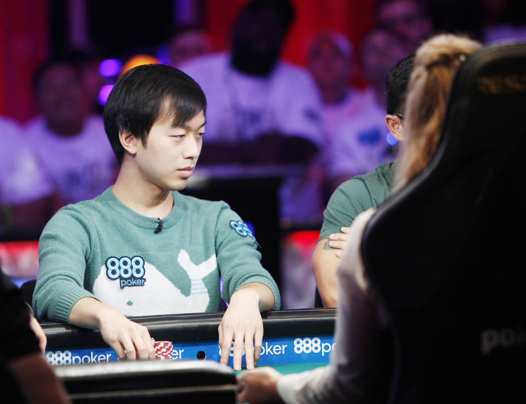 Timothy Su en la mesa final del evento principal durante la World Series of Poker en el hotel-c ...