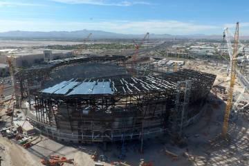 Vista aérea del estadio de Los Raiders de Las Vegas en construcción, como se vio el viernes, ...