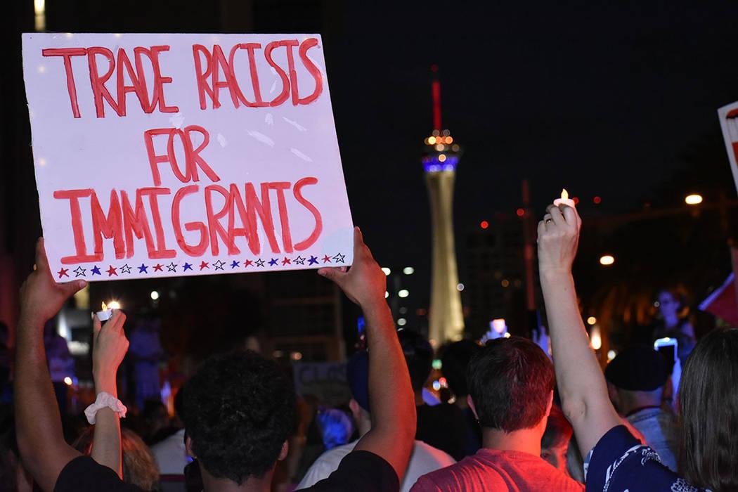 Los manifestantes llevaron distintas pancartas en oposición al muro en la frontera sur y a los ...