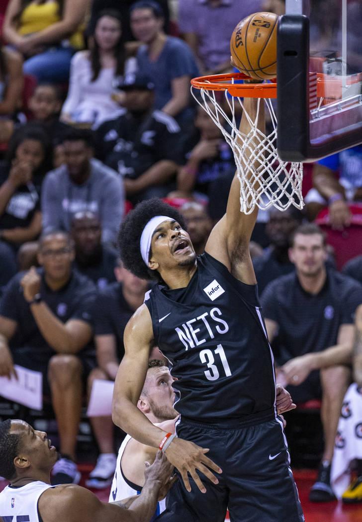 El centro de los Brooklyn Nets, Jarrett Allen, lanza el balón sobre los Minnesota Timberwolves ...