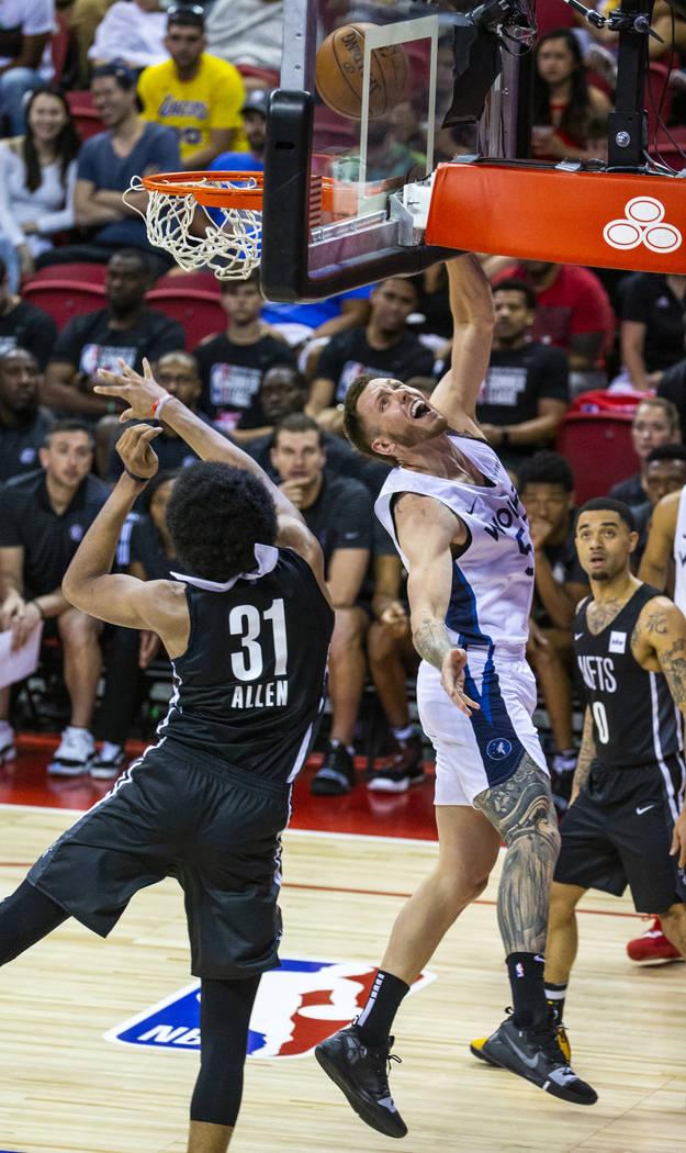 El centro de los Brooklyn Nets, Jarrett Allen, a la izquierda, no puede defender un tiro del de ...