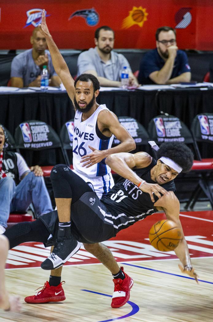 El centro de los Brooklyn Nets Jarrett Allen, delantero, cae a la cancha luego de una colisión ...