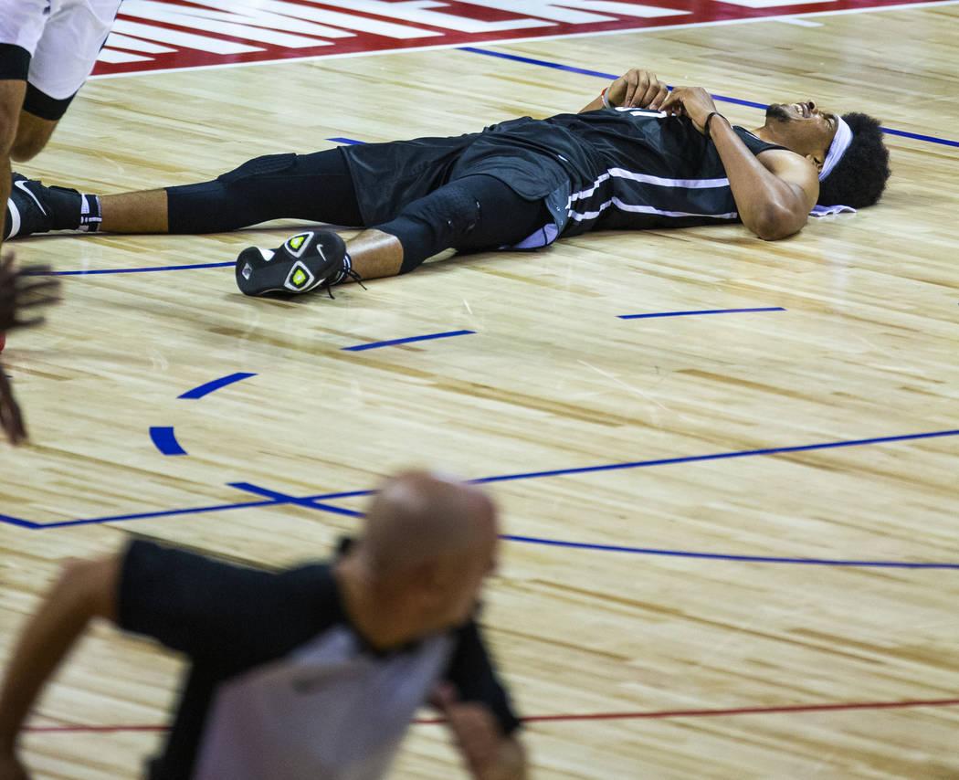 El centro de los Brooklyn Nets, Jarrett Allen, descansa en la cancha después de una colisión ...
