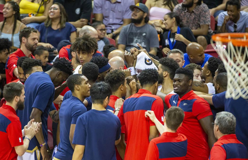 El delantero de New Orleans Pelicans Zion Williamson, a la derecha, se une a sus compañeros de ...