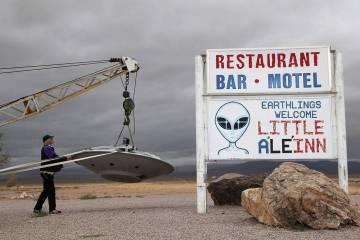 Jim Bennett inspecciona el platillo volante fuera de la conferencia internacional Roadrunner en ...