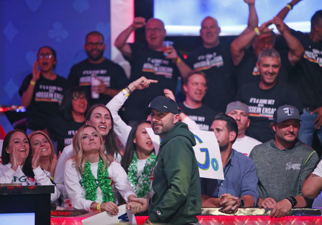 Gary Gates saluda a sus amigos y familiares durante un descanso en el segundo día de la mesa f ...