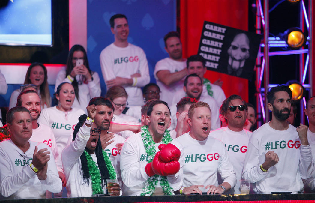 Los fans de Garry Gates lo animan en la mesa final del Evento Principal en el torneo World Seri ...