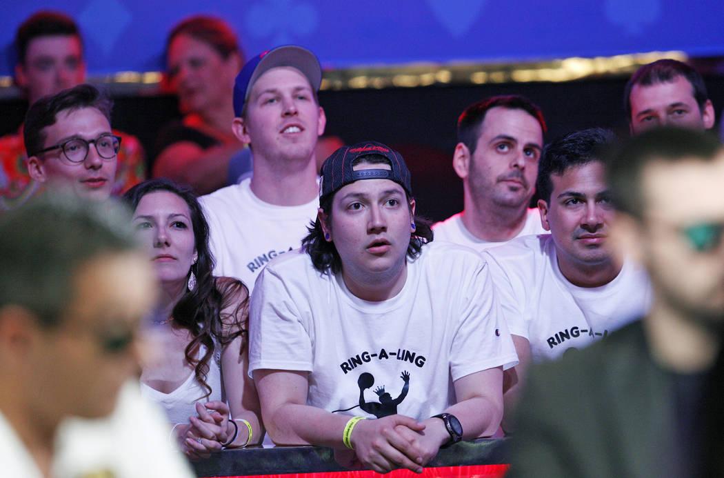 Los fans de Kevin Maahs ven la mesa final del evento principal en el torneo World Series of Pok ...
