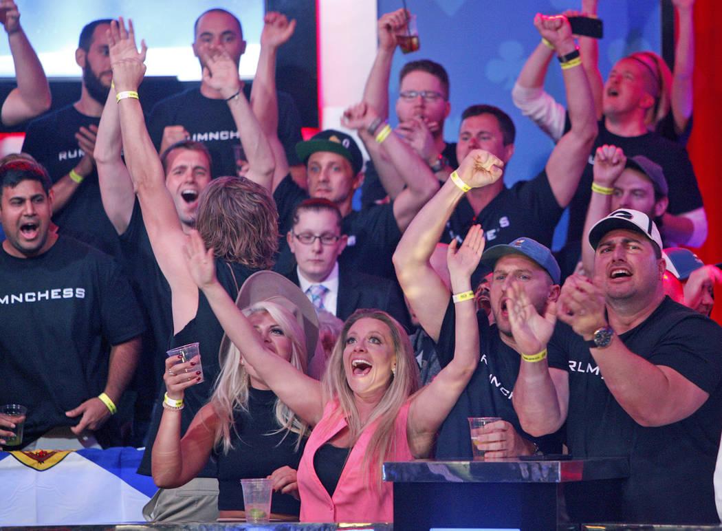 Los fans de Alexander Livingston lo animan en la mesa final del evento principal en el torneo W ...
