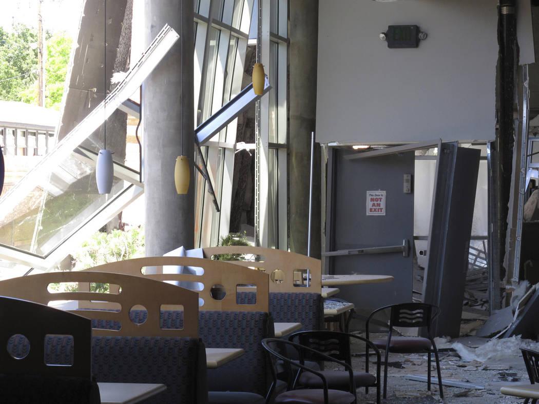 Una cafetería de la Universidad de Nevada, Reno en el primer piso, se dañó luego de que una ...