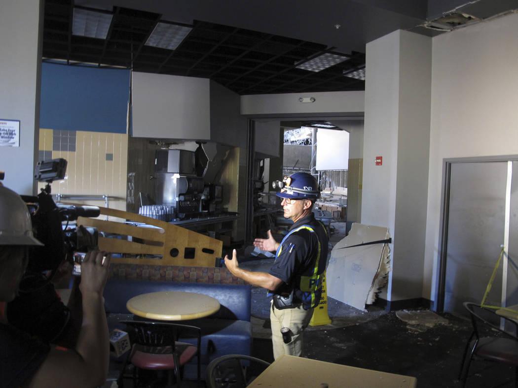 El jefe de la policía de Reno, Todd Renwick, de la Universidad de Nevada, describe el daño de ...