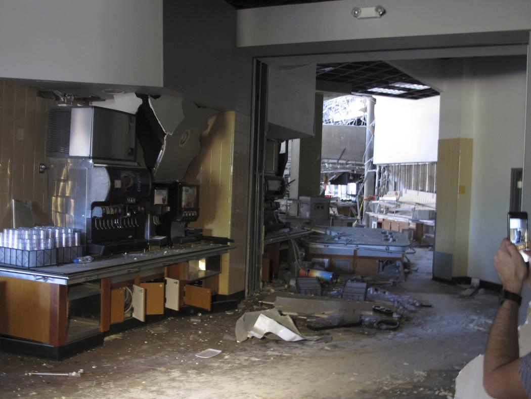 Esta fotografía tomada el jueves, 11 de julio de 2019 muestra algunos de los daños en la cafe ...