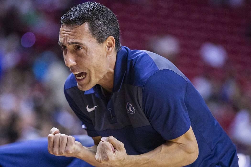 El entrenador en jefe de los Minnesota Timberwolves, Pablo Prigioni, le grita instrucciones a s ...