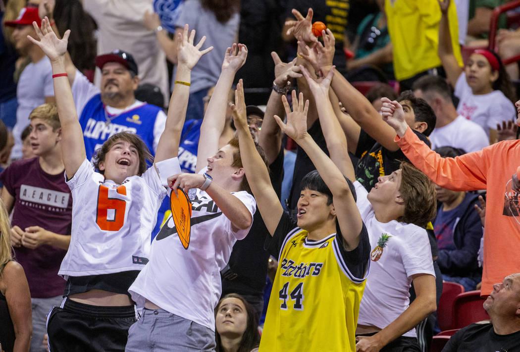 Los fans se emocionan al ver un poco de básquetbol mientras los Grizzlies de Memphis se enfren ...