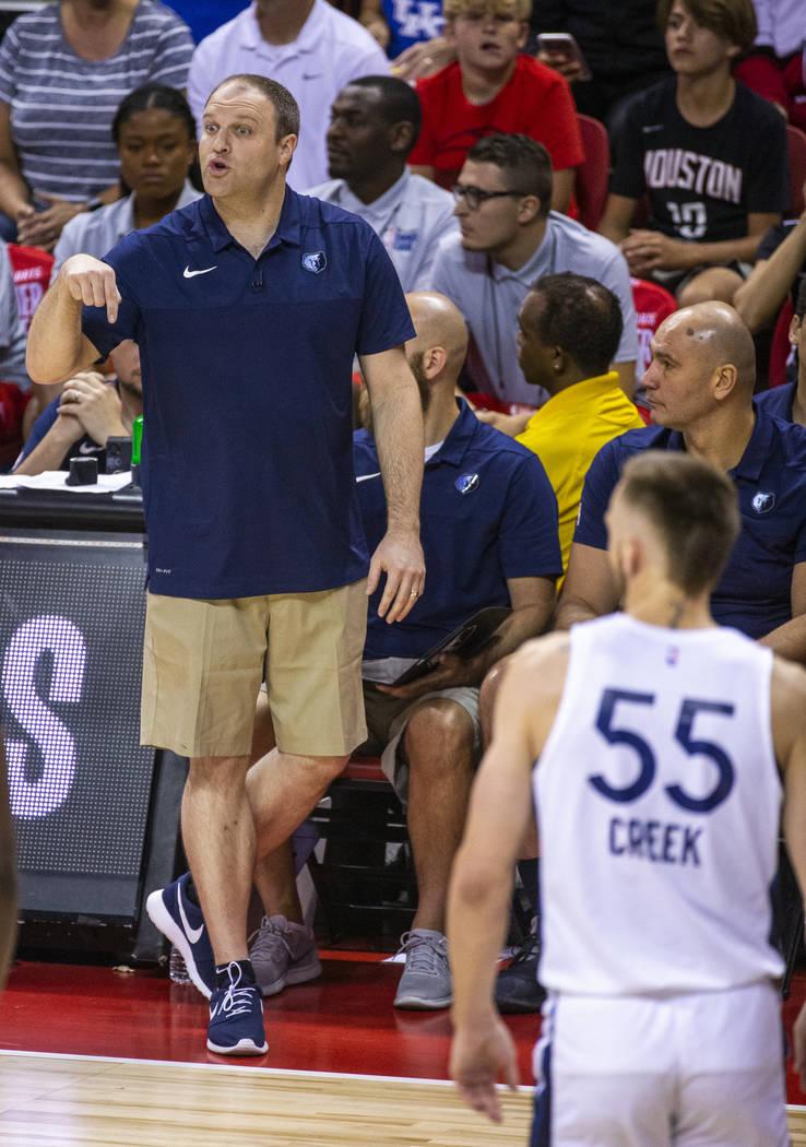 El entrenador en jefe de Memphis Grizzlies, Taylor Jenkins, participa en otra jugada contra los ...