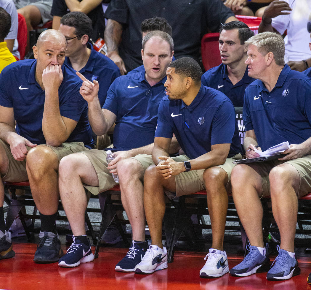 El entrenador en jefe de Memphis Grizzlies, Taylor Jenkins, confiere con sus otros entrenadores ...