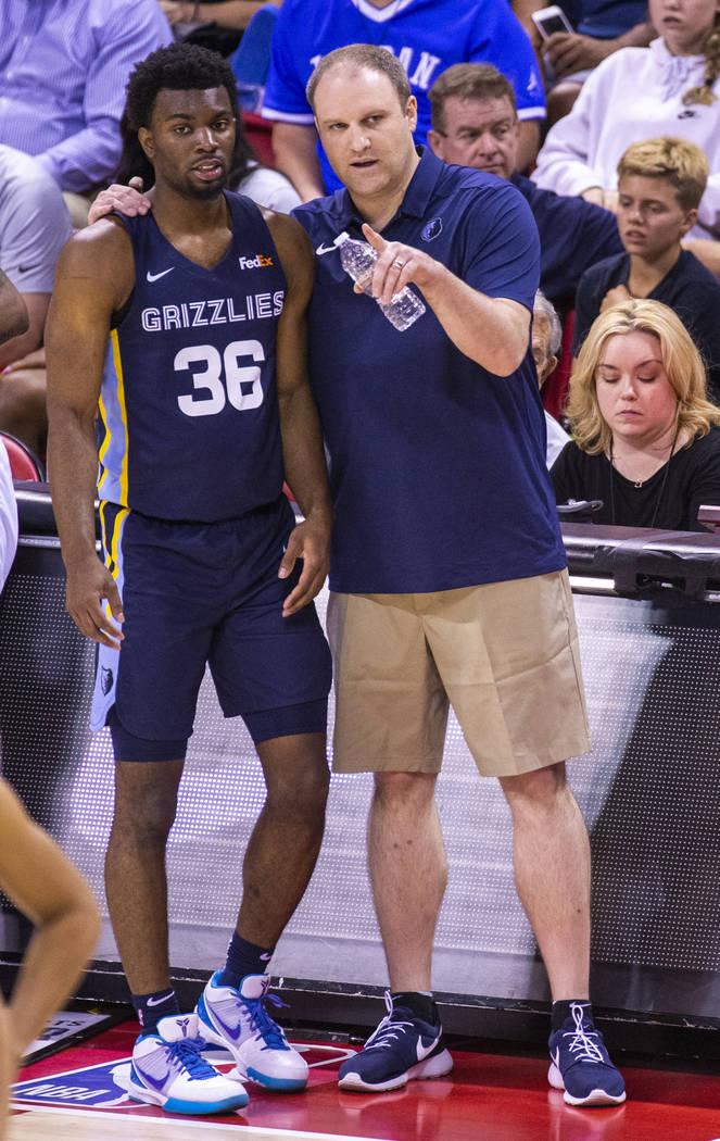 El escolta de Memphis Grizzlies, Keenan Evans, a la izquierda, recibe algunos consejos de su en ...