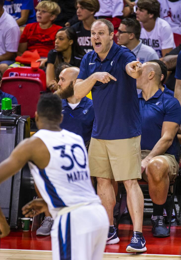 El entrenador en jefe de los Memphis Grizzlies, Taylor Jenkins, hace otra llamada de juego cont ...