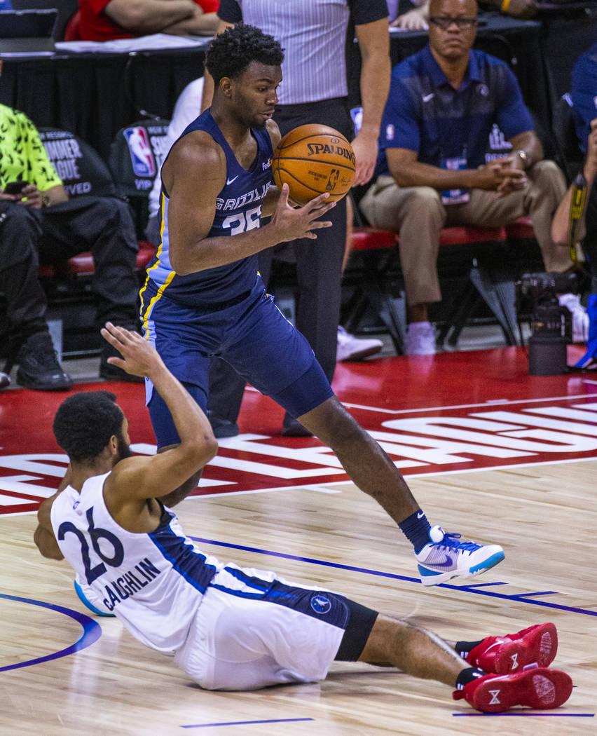 El escolta Keenan Evans de los Memphis Grizzlies, arriba, toma el balón suelto por el escolta ...