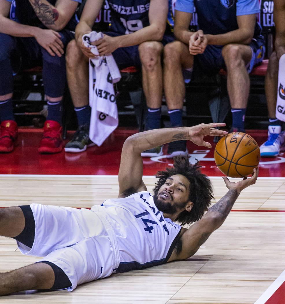 El delantero de los Minnesota Timberwolves, Jordan Murphy, parece pasar desde abajo en la canch ...