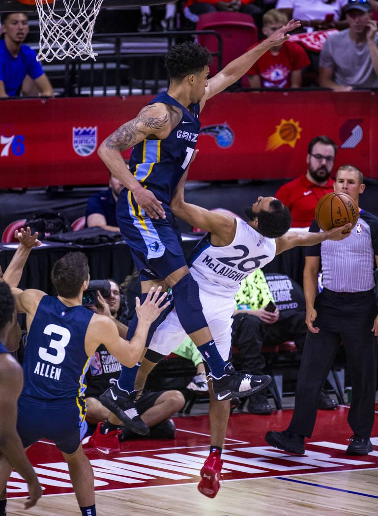 El delantero de los Memphis Grizzlies, Brandon Clarke, se levanta para defender un tiro del esc ...