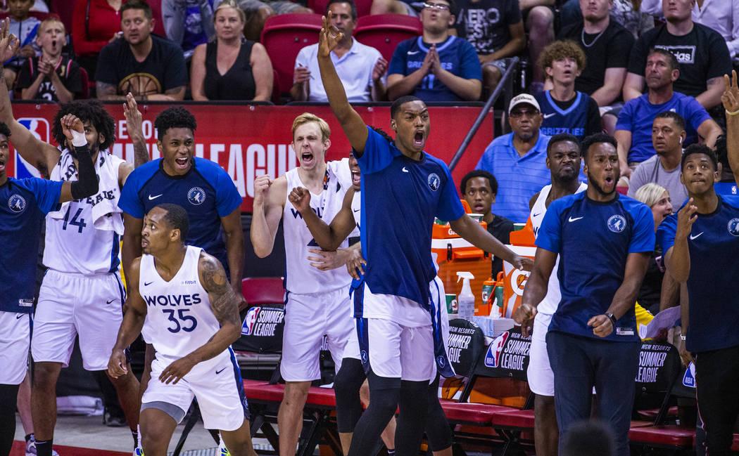 Los jugadores de los Minnesota Timberwolves aplauden a sus compañeros de equipo cuando se cier ...