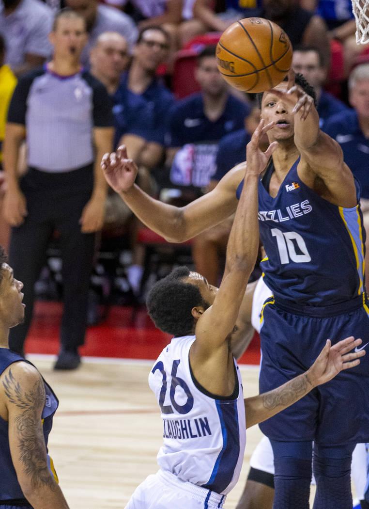 El alero de los Grizzlies de Memphis, Ivan Rabb, arriba, bloquea un tiro del escolta Jordan McL ...