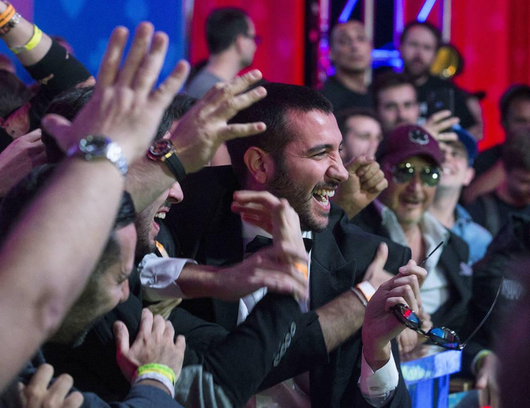 Los fans del jugador italiano de póker Dario Sammartino, en el centro, durante un descanso en ...