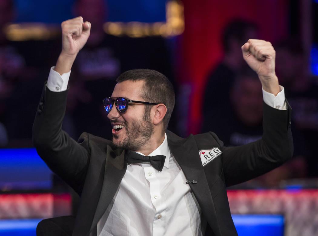Dario Sammartino, de Italia, alza sus puños a los fans durante el Evento Principal del World S ...