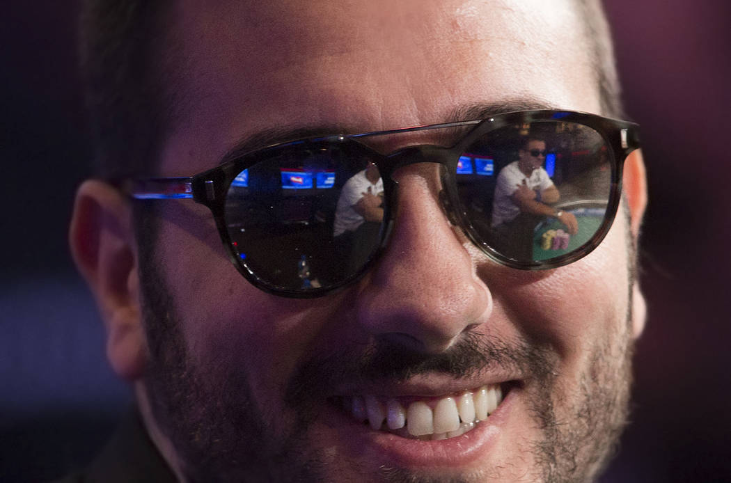 Dario Sammartino, de Italia, le sonríe a los fans durante el Evento Principal del World Series ...
