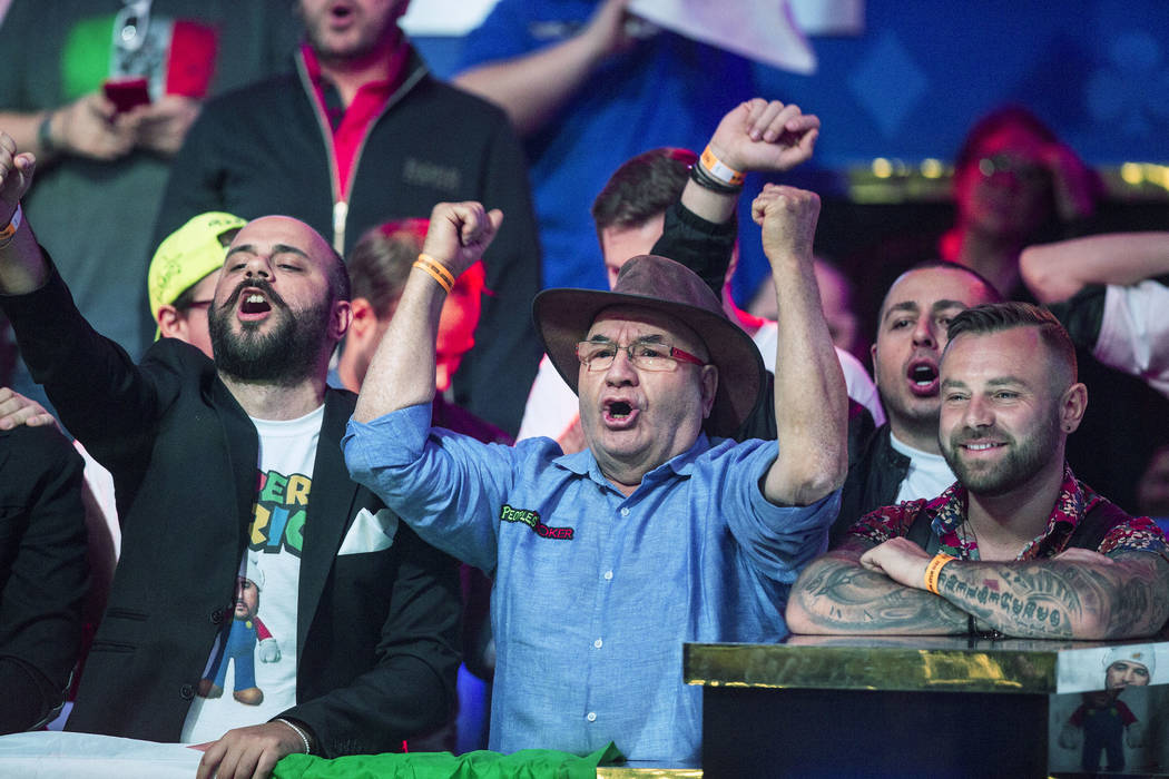Los fans del jugador de póker italiano Dario Sammartino lo aclaman durante el Evento Principal ...