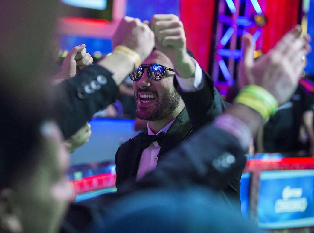 Dario Sammartino, a la derecha, de Italia, saluda a los fans durante un descanso en el Evento P ...