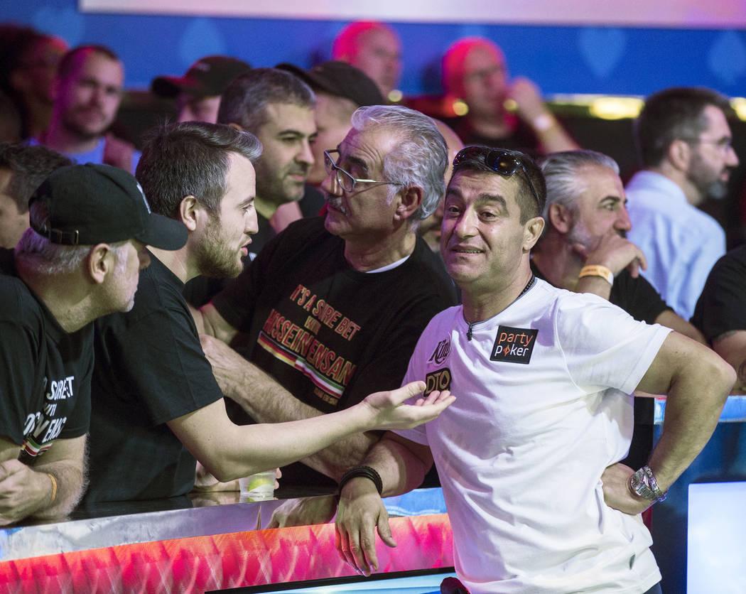 Hossein Ensan, a la derecha, de Alemania, interactúa con los fans durante el Evento Principal ...