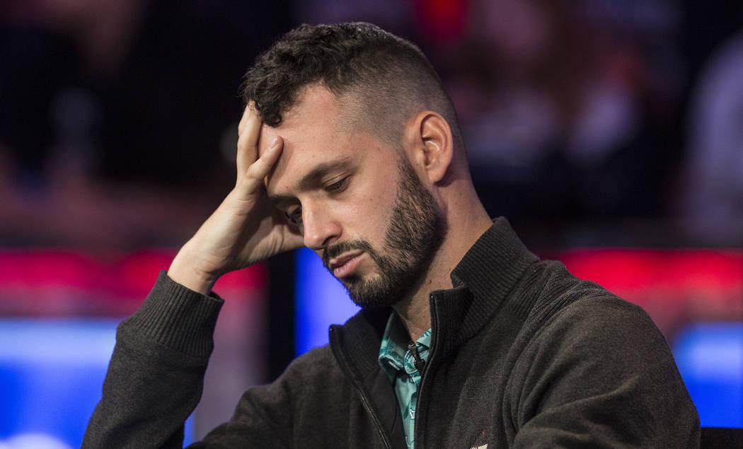 Alex Livingston, de Canadá, mira sus cartas durante el Evento Principal del World Series of Po ...
