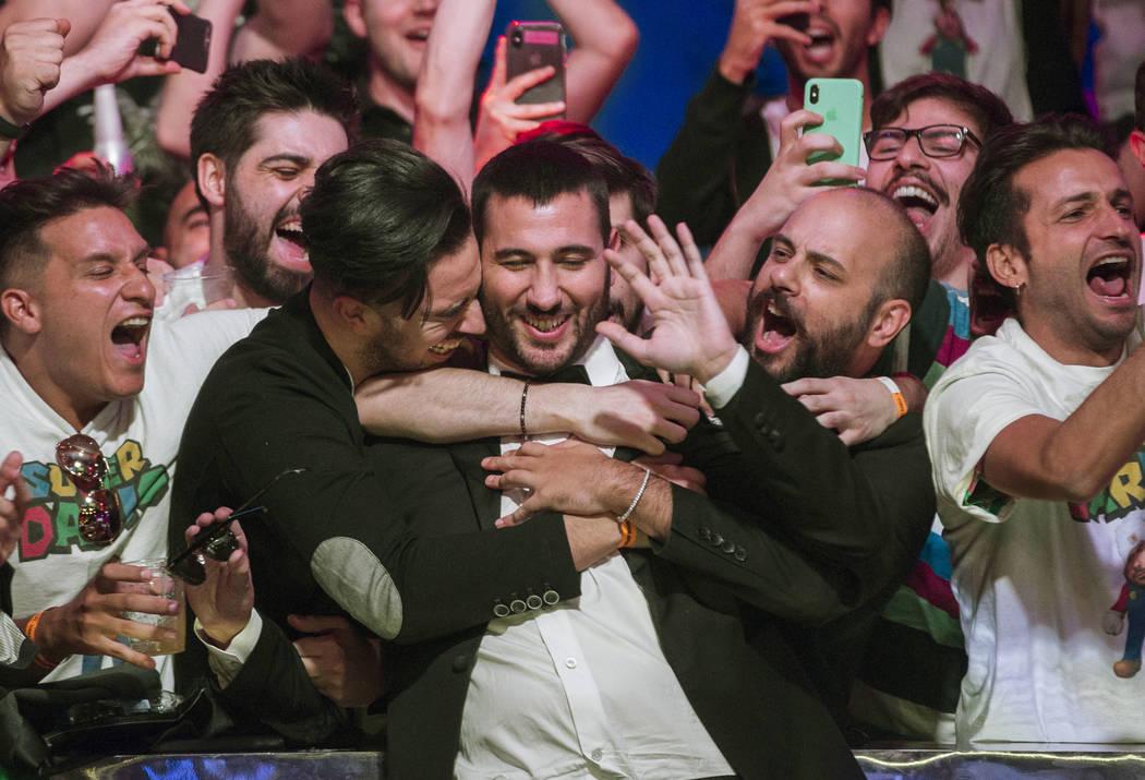 Dario Sammartino, en medio, de Italia, celebra con los fans luego de avanzar a los dos jugadore ...