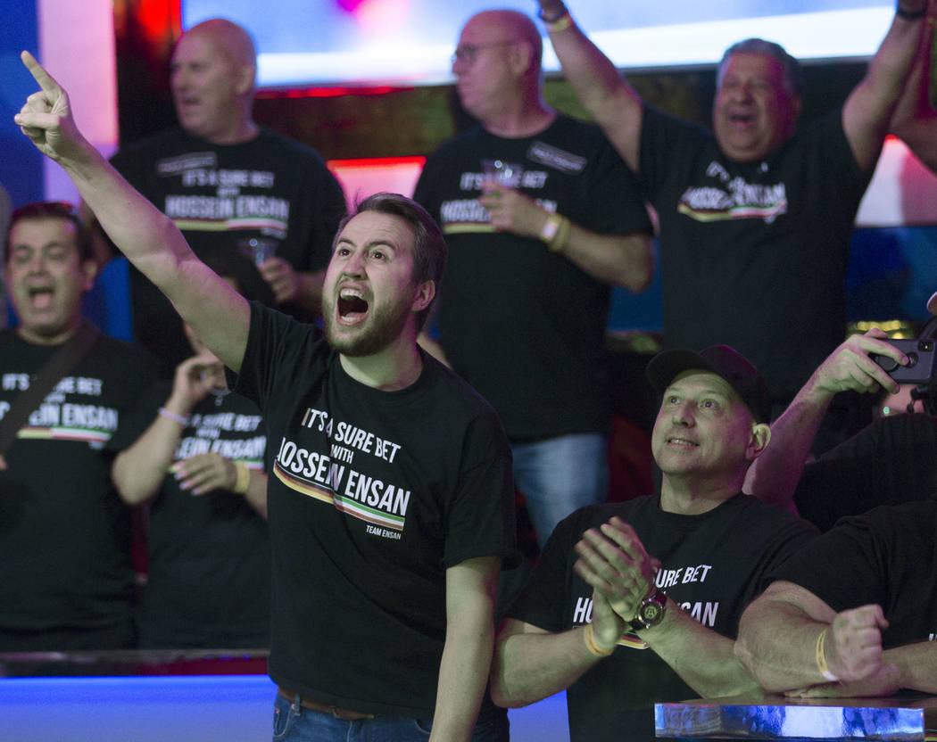 Los fans del jugador de póker alemán Hossein Ensan aplauden durante el Evento Principal de la ...