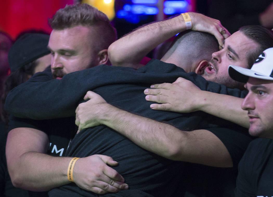 Alex Livingston, en el fondo, de Canadá, es consolado por sus fans luego de ser eliminado dura ...