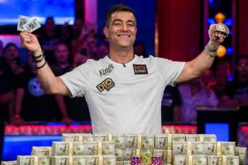 Hossein Ensan celebra después de ganar el Evento Principal del World Series of Poker el miérc ...